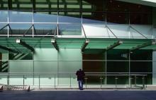 La vetrata e la pensilina dell'ingresso principale