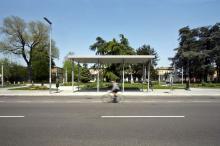 La pensilina di attesa autobus davanti al piazzale