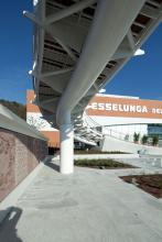 Particolare del ponte pedonale e del muro decorato