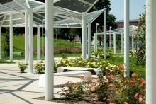 Foto di dettaglio della pensilina e delle sedute del parco