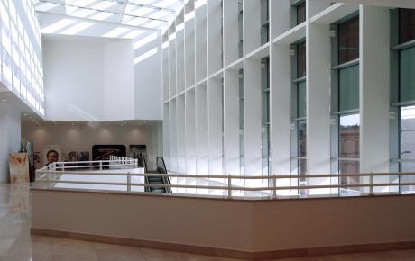 L'ampia galleria all'ingresso