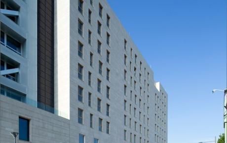 """L'edificio """"P"""" residenze visto da via Cena"""