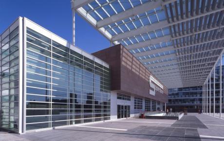 Pensilina e vetrata all'ingresso principale