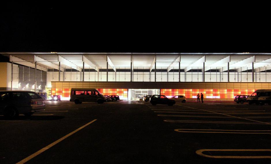 Foto notturna dell'ingresso principale