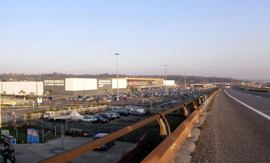 Foto del centro polifunzionale dalla A21 Torino-Piacenza
