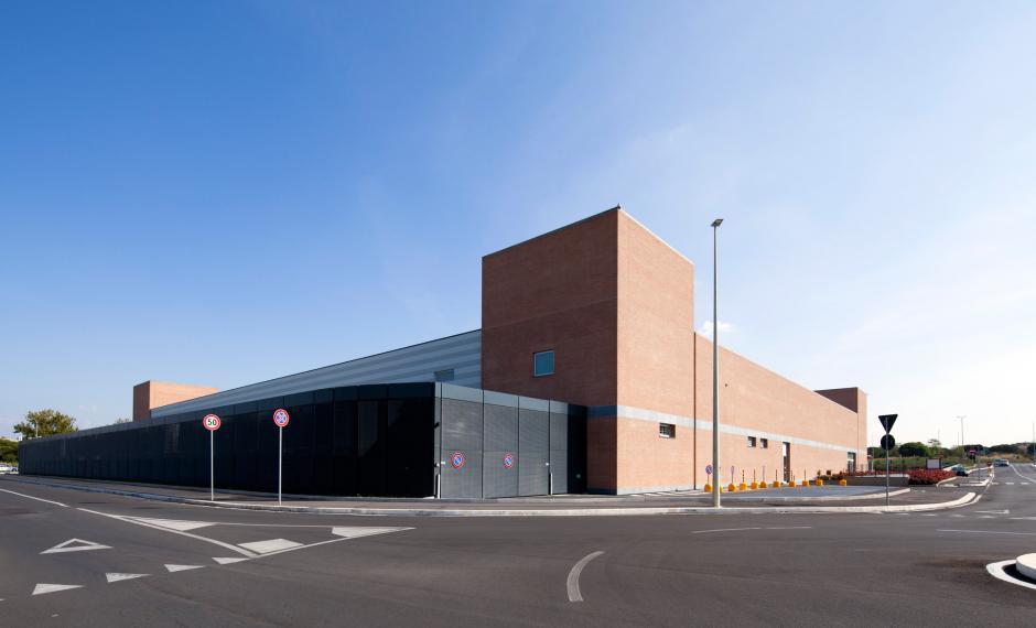 Lato nord, zona carico-scarico merci e parte della facciata ovest dell'edificio