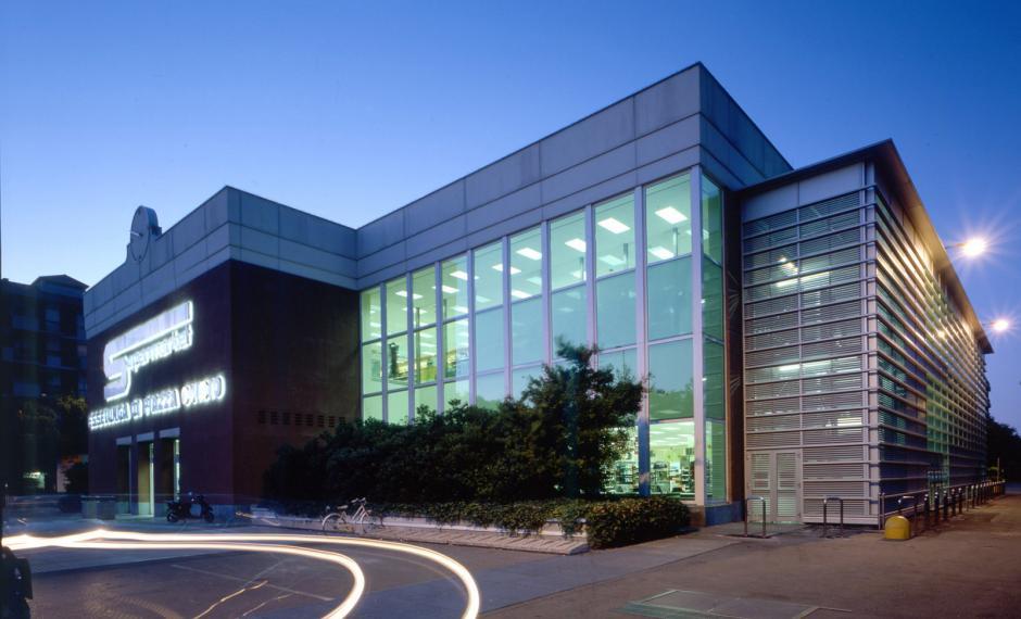 Foto notturna dell'edificio